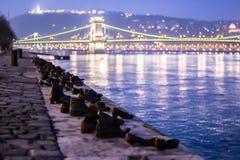 Skor på Donauen: nattsikt royaltyfri fotografi