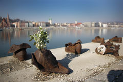Skor på Donauen packar ihop monumentet i Budapest Fotografering för Bildbyråer