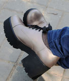 Skor på foten Arkivfoton