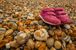 Skor på kiselstenar Royaltyfri Fotografi