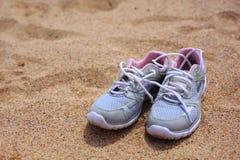 Skor på sanden Royaltyfri Fotografi