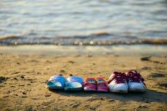Skor på stranden Fotografering för Bildbyråer