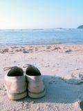 Skor på stranden royaltyfri bild