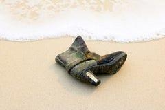 Skor på stranden Arkivfoto