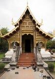 Skor satte in på ingången av en thailändsk tempel arkivfoto