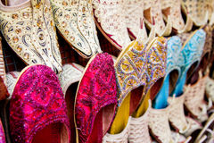 Skor som är till salu i en Dubai marknad Arkivfoton