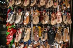 SKOR SOM ÄR TILL SALU I HO CHI MINH CITY Royaltyfria Bilder