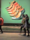 Skor som annonserar i gatan royaltyfria foton