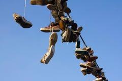 Skor som hänger på tråd Arkivbilder