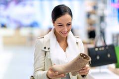 skor som shoppar kvinnan Royaltyfria Bilder