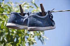 Skor som ut hängs för att torka Arkivbild