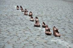 Skor ställde in i rad i gatan royaltyfria bilder