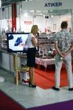 Skorna, kängaInternational specialiserade utställningen för skodon, påsar och tillbehör Mos Shoes Moscow Women och män Royaltyfri Foto