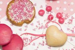 Skorpa med rosa anisbollar, holländska muisjes, holländsk fest till, när behandla som ett barn flickan, är född arkivfoton