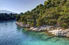 Skorpios-Insel-Küste, Griechenland lizenzfreie stockfotografie