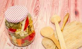 Skorra med knipor som innehåller blomkålen, gurkan, röd peppar royaltyfria bilder