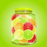 Skorrar olika citrusa skivor för mång- färg i flaska Royaltyfri Bild