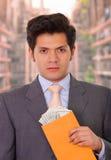 Skorumpowany polityk otrzymywał pieniądze od oszusta wśrodku żółtej koperty fotografia stock