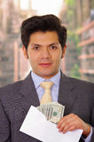 Skorumpowany polityk stawia niektóre pieniądze wśrodku koperty obraz stock
