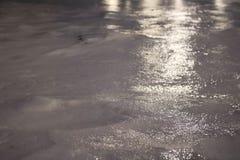 Skorupa błyszczenie lód z lekkimi odbiciami zakrywa zimnego białego śnieg Zdjęcia Stock