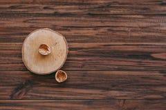 skorupa dokrętka na drewnianym tle zdjęcia stock