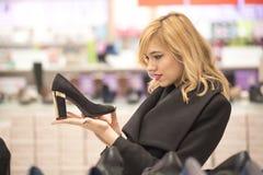 Skoshopping, kvinna i en shoppinggalleria royaltyfria foton