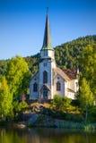 Skotfoss kyrka - sikt från den Telemark kanalen Skien, Norge royaltyfria bilder