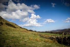 Skotsk backeplats med moln Royaltyfri Foto