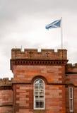 Skotsk flagga som flyger över ett torn Arkivfoto