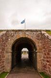 Skotsk flagga som flyger över porten till fortet george Royaltyfri Bild