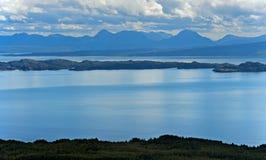 Skotsk kustlinje av den Trotternish halvön Arkivbild