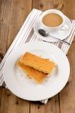 Skotsk mördegskaka på en platta och en kopp av svart te Royaltyfria Foton