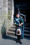 Skotsk säckpipeblåsare i Edinburg Royaltyfri Bild