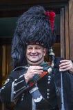Skotsk smilling säckpipeblåsare, Edinburg, Skottland Royaltyfri Foto