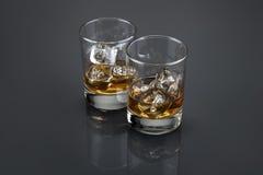 Skotsk whisky eller bourbon fyllda glass torktumlare arkivfoto