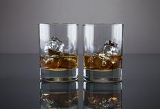 Skotsk whisky eller bourbon fyllda glass torktumlare arkivfoton