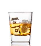 Skotsk whisky i exponeringsglas med iskuber på vit Royaltyfria Bilder