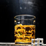 Skotsk whisky på träbakgrund Royaltyfria Foton