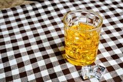 Skotsk whisky på träbakgrund Arkivfoton