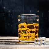 Skotsk whisky på träbakgrund Royaltyfria Bilder