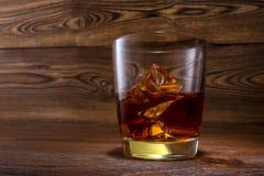 Skotsk whisky på träbakgrund med copyspace Arkivbild