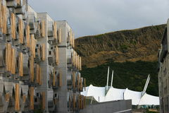 Skotska parlamentet, dynamisk jord och brant klippa arkivbild