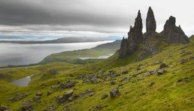 Skotskt basaltiskt landskap i den Skye ön gammal storr för man Royaltyfri Bild