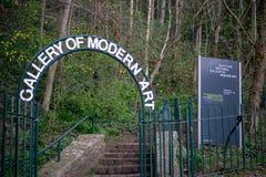 Skotskt galleri av moderna Art Outdoors Sign arkivfoton