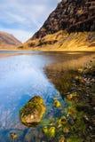 Skotskt höglandliggandeberg och fjord Arkivfoto