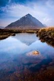 Skotskt höglandliggandeberg och flod Arkivbilder