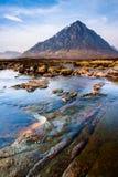 Skotskt höglandliggandeberg och flod Royaltyfri Bild