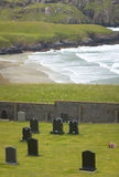 Skotskt landskap med kyrkogården och kustlinjen scotland UK Arkivbild
