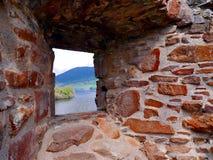 Skotskt landskap till och med forntida slottfönster Arkivbilder