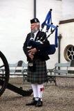 Skotskt spela för säckpipeblåsare Royaltyfria Bilder